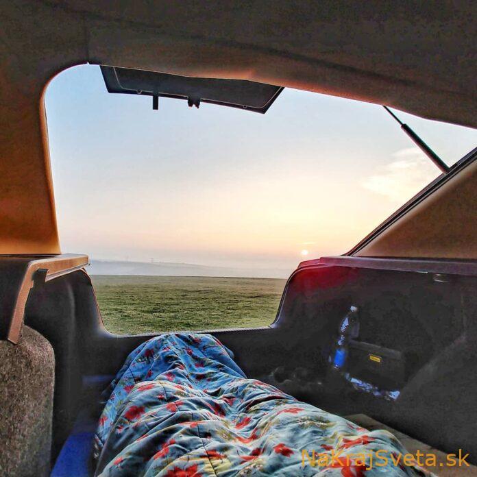 ako spat v aute